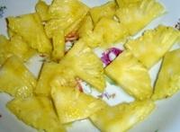 Вынутую сердцевину ананаса режем на порционные кусочки. Так же, нам потребуется не большой апельсин и киви. Очистив фрукты, нарезаем их кружочками.